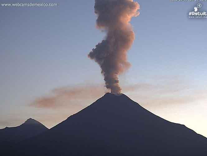Volcán de Colima y Popocatépetl lanzan exhalaciones de más de un kilómetro