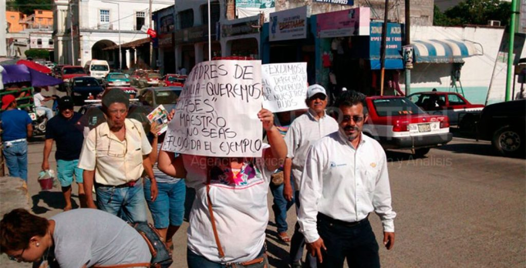 Marchan padres de familia en Tehuantepec; piden clases