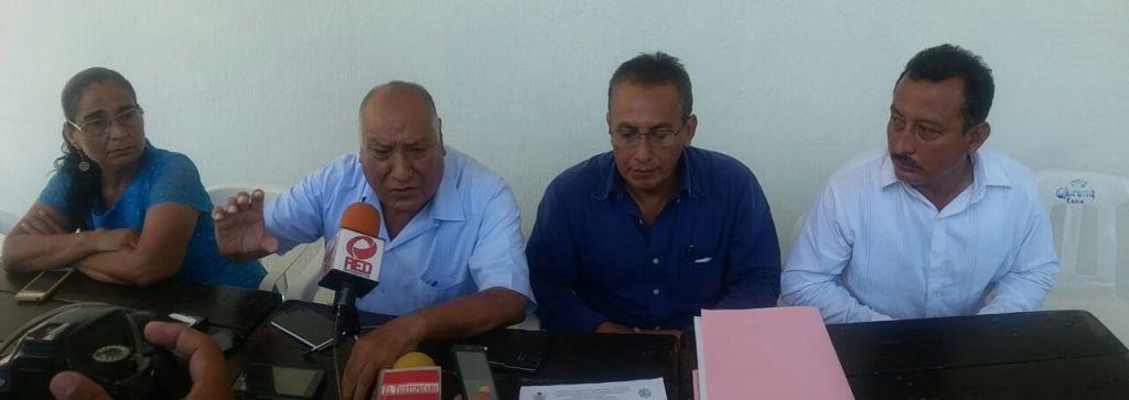 Comité de padres…  Le amarran las manos a director de la ETI 2 en Tuxtepec.