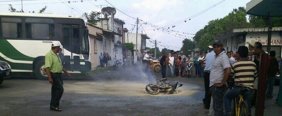 Arde moto; choca contra camioneta