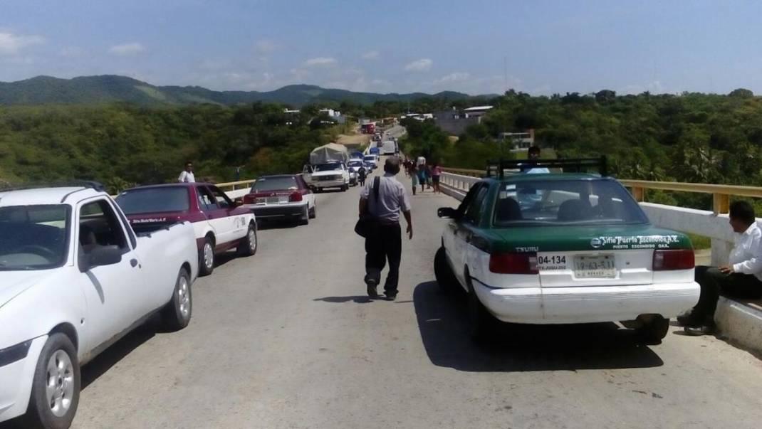 Bloquean carretera costera en Santa María Colotepec por conflicto postelectoral