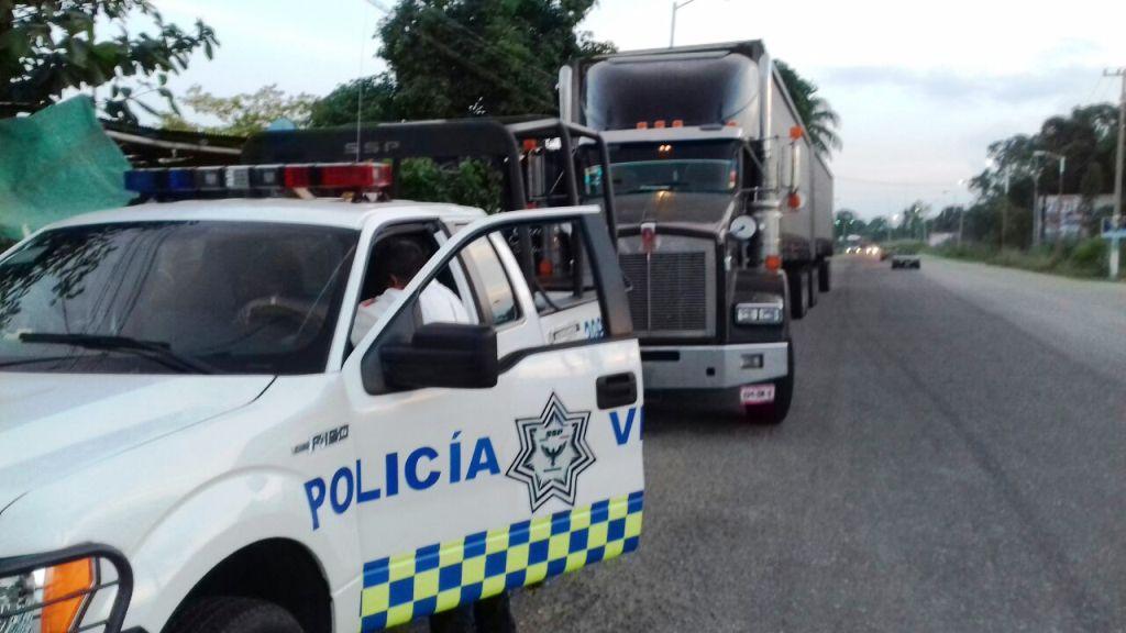 Agentes viales detienen a camionero borracho