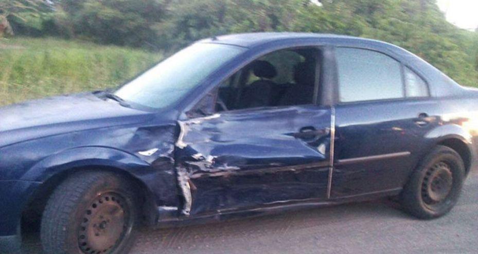 Impacta camioneta a moto; hay 2 heridos