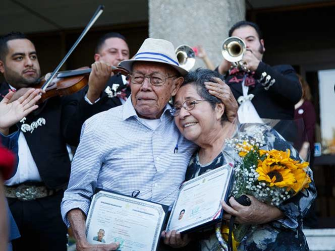 Pareja de salvadoreños votó en EU a ritmo de mariachi