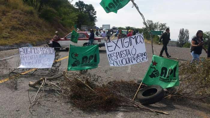 Integrantes del API bloquean de manera indefinida carretera Huajuapan-Oaxaca