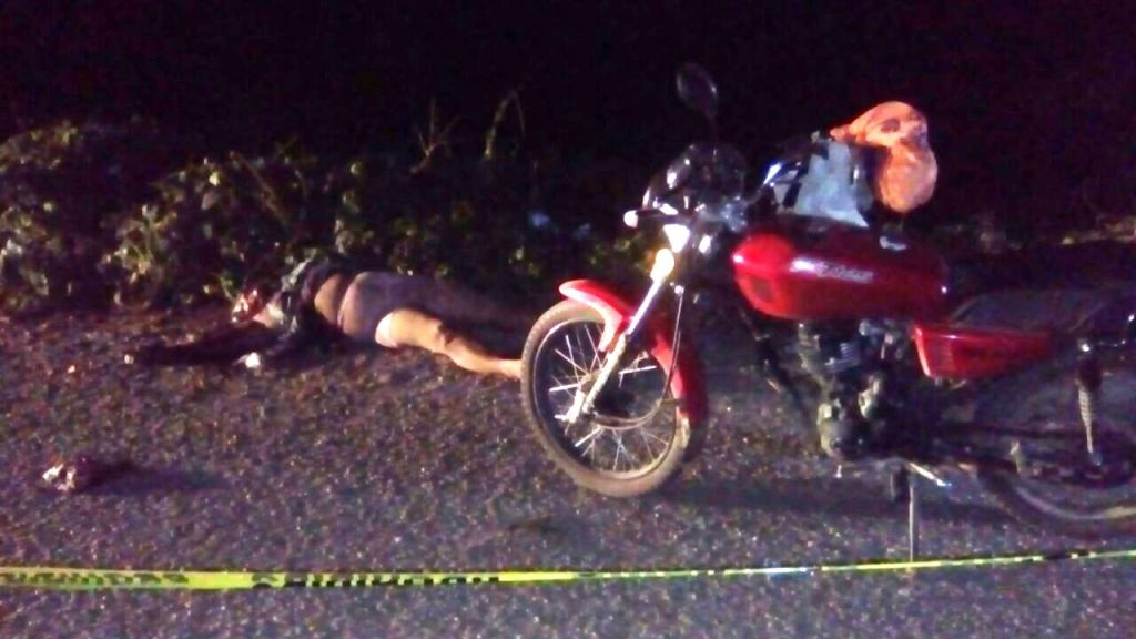 Camioneta embiste a mujer motociclista y la mata
