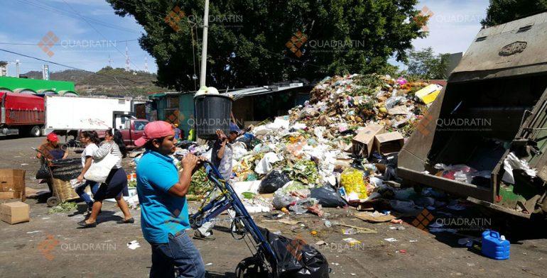 Retiran basura acumulada en la Central de Abasto por cierre del tiradero