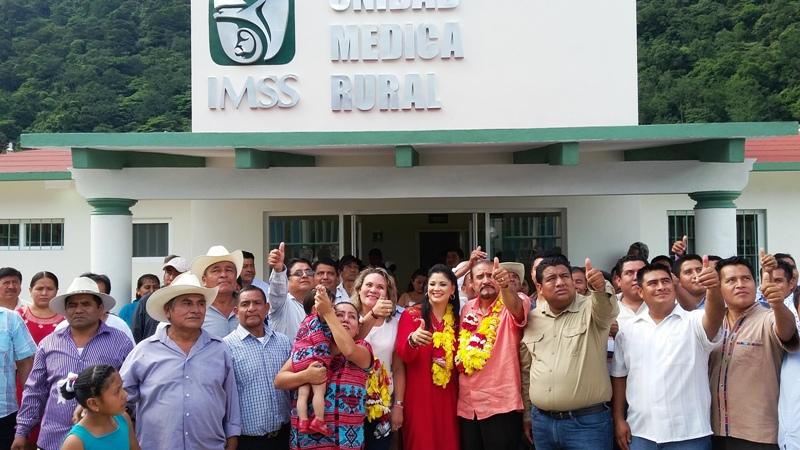 Entrega Senador Romero Lainas clínica en Paso Escalera