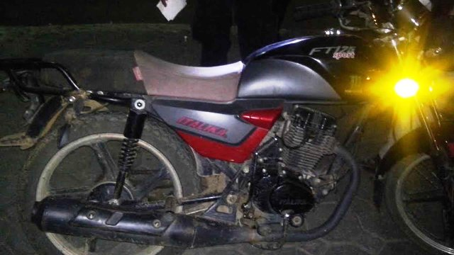 Atrapan a dos sujetos por posesión de droga y motocicletas robadas