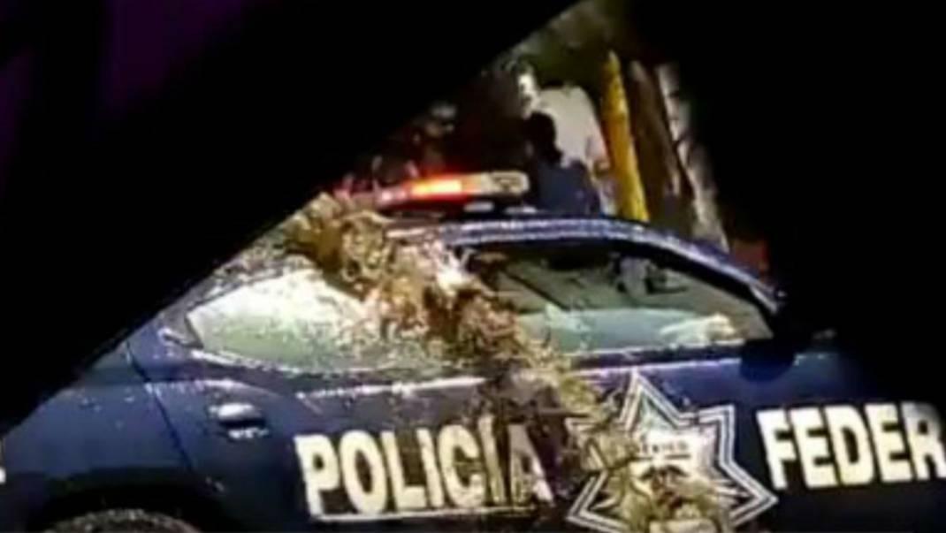 """Transportistas """"bañan"""" de excremento patrulla de la Policía Federal"""