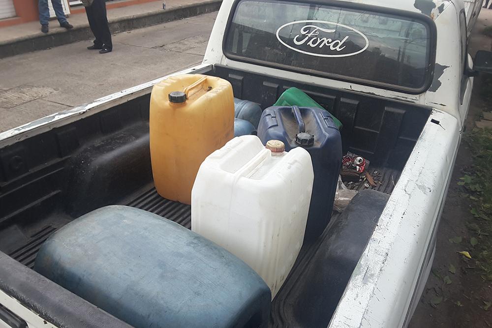 Quitan camioneta; vendían gasolina a granel en la zona