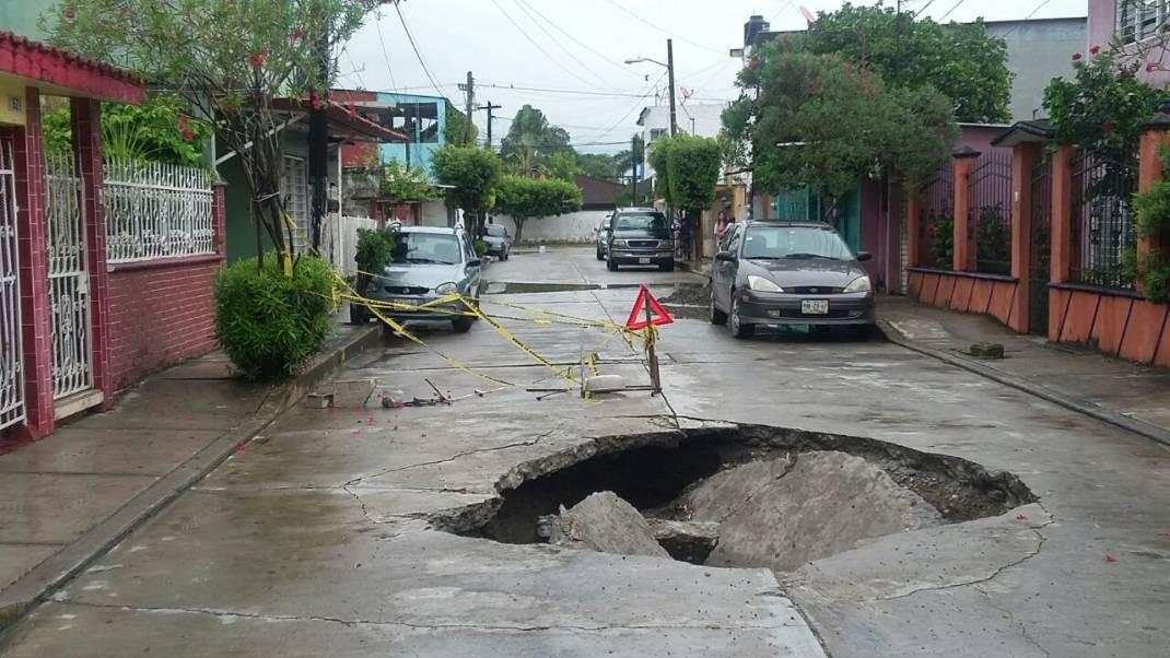 Vecinos de la Piragua piden al Ayuntamiento reparar socavón de la calle Arista