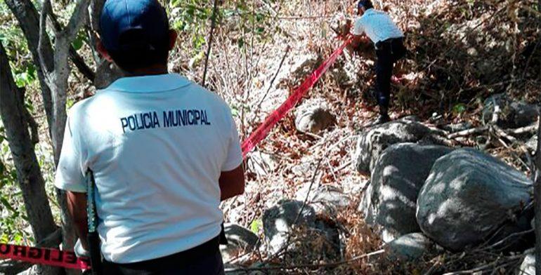 Hallan 2 muertos en auto volcado en carretera de San Pedro Huamelula