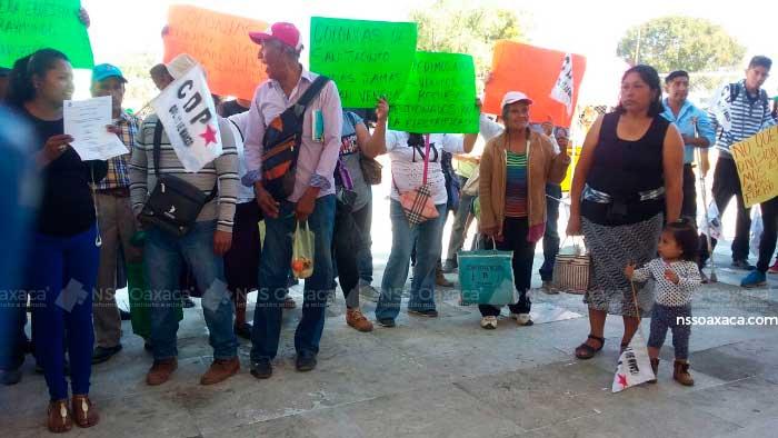 En Ciudad Administrativa colonos de San Jacinto Amilpas denuncian desvío de recursos de su edil