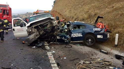 Patrulla de la Policía Federal choca contra grúa, cuando se dirigía a atender un accidente