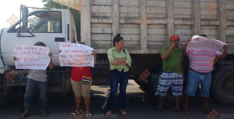 Bloquean carretera en Juchitán para exigir pagos