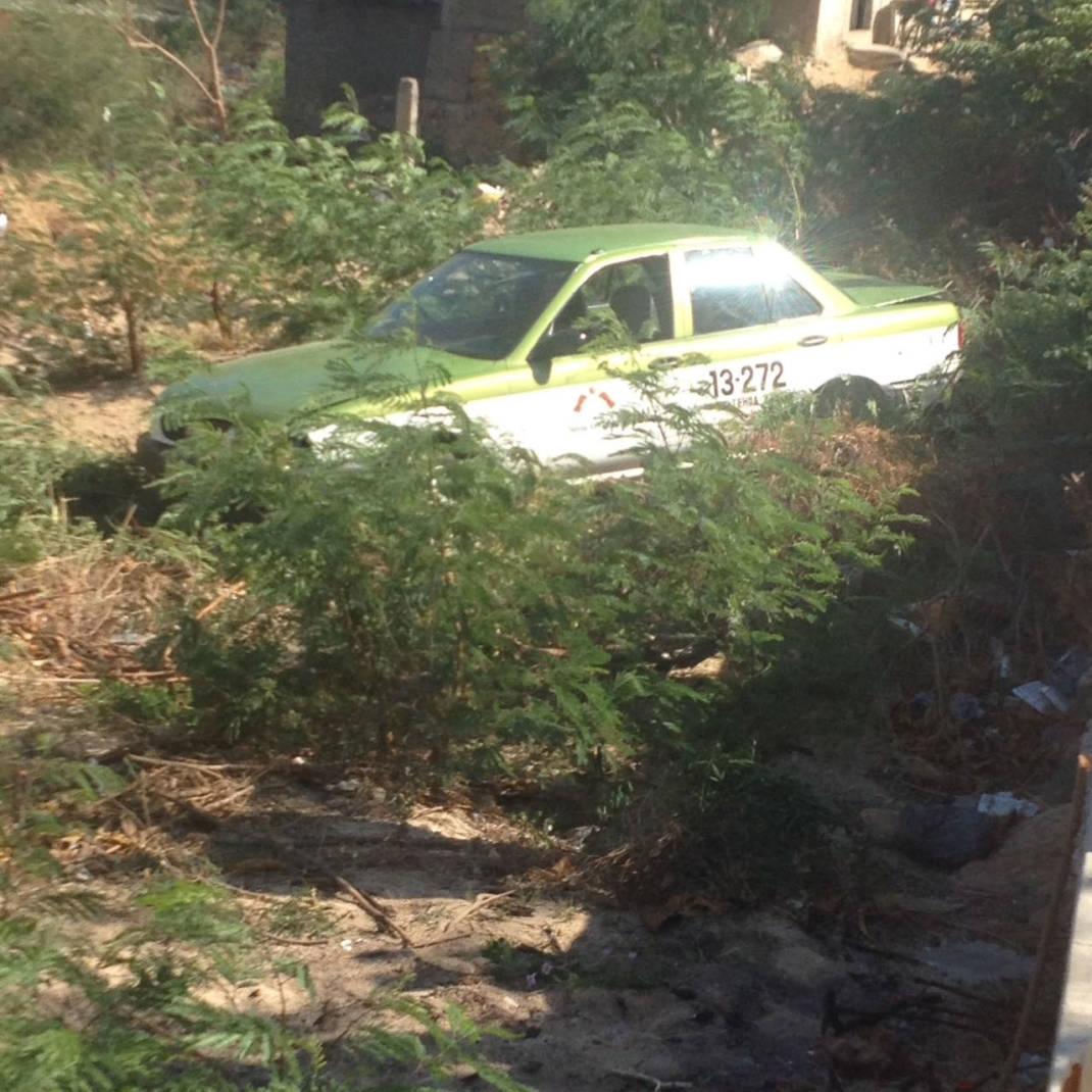 Cae taxi en un barranco en colonia de Salina Cruz