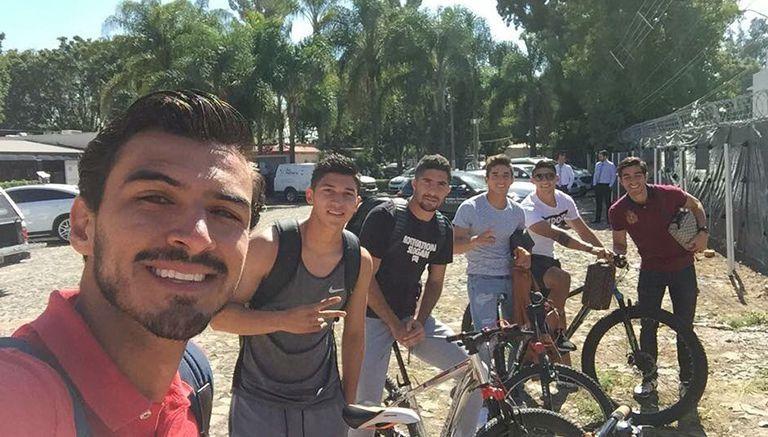 Chivas llega en bici a entrenamiento como 'apoyo a pueblo mexicano'