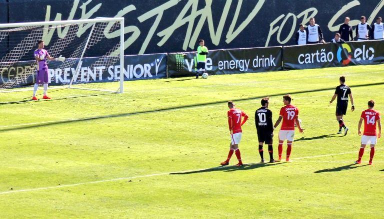 Chicharito falla penalti en amistoso contra Estudiantes
