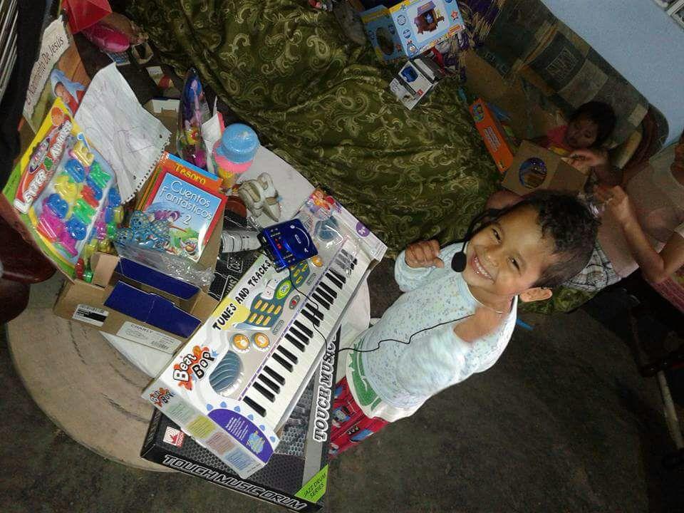 Niños tuxtepecanos disfrutando los obsequios que les dieron los reyes magos