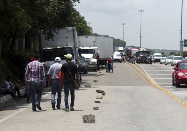 Siguen bloqueos de autopistas por gasolinazo