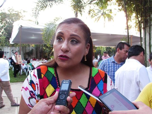 Diputada Karina Barón entrega bono navideño a casa hogar de Valle Nacional
