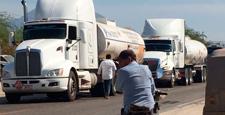 Bloquean carretera en el Istmo para protestar por precio de gasolina