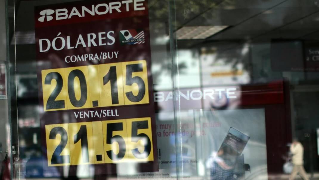 El dólar cierra a 21.52 pesos mexicanos y rompe un nuevo récord histórico tras cambios en el gabinete de Peña Nieto