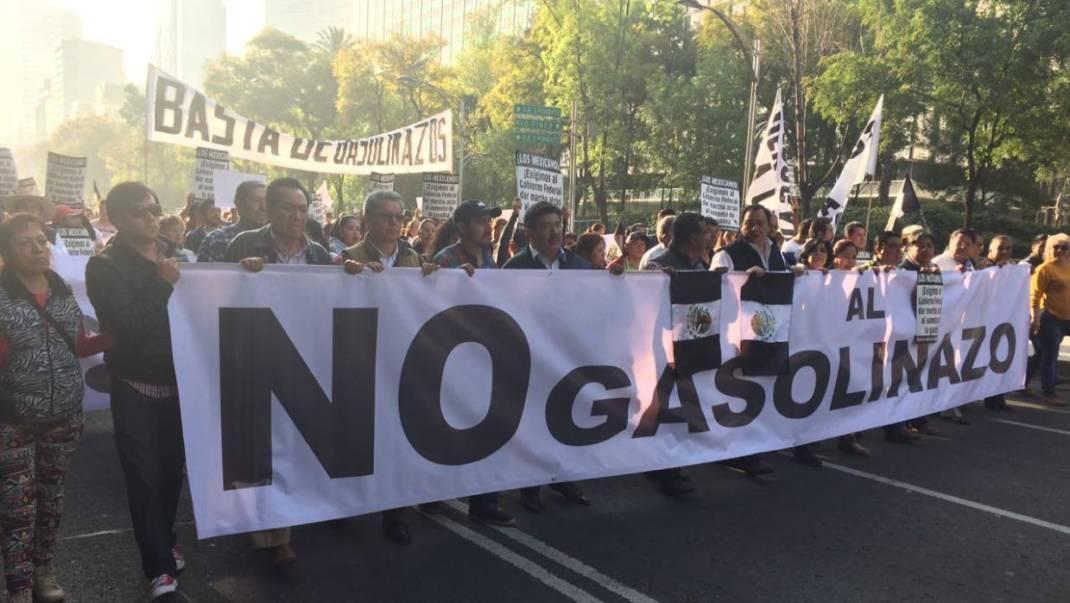 Miles de personas salen a las calles de la Ciudad de México para expresar su rechazo contra el 'gasolinazo'