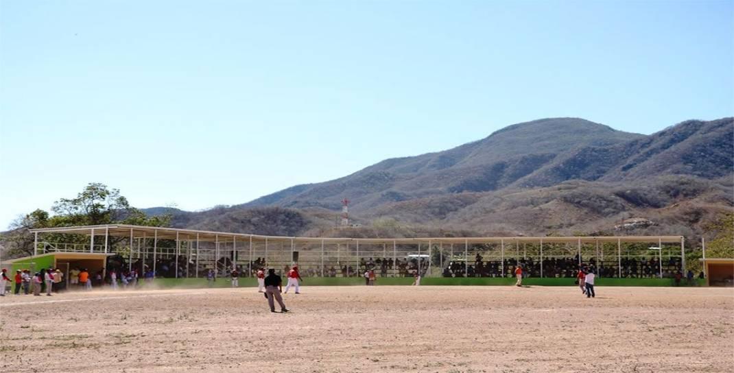 Gestiona Benjamín Robles recursos para estadio de beis en Huamelula
