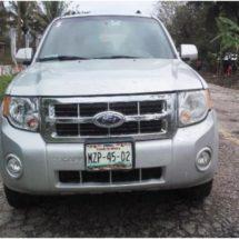 Abandonan una Ford Escape en Loma de Piedra Ojitlán