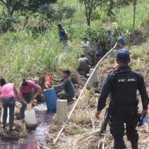 Toma ilegal crea río de gasolina