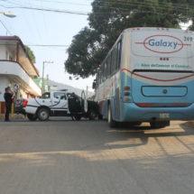Choca patrulla contra autobús