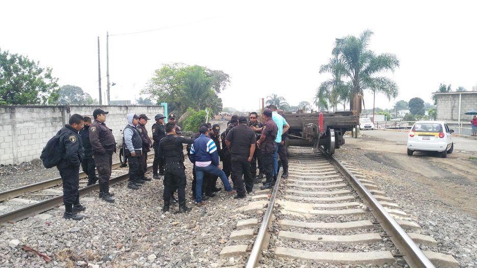 'Frenan' paso del tren policías de Ferrosur