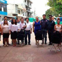 Ayuntamiento de San Juan Cacahuatepec entrega equipo y uniformes a policías municipales