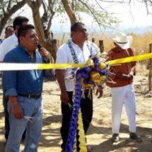 Inaugura diputado Tomás Basaldú camino cosechero en Pinotepa de Don Luis