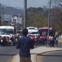 Normalistas toman camiones en el IEEPO y montan guardia en Ciudad Administrativa