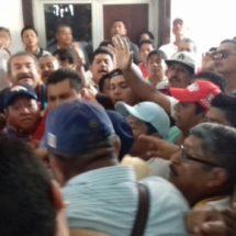 Se arma la gresca entre taxistas en palacio municipal