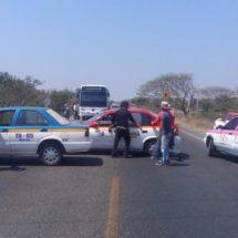 Taxistas bloquean; piden liberar unidad de transporte