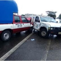 Chocan dos camionetas frente al ingenio