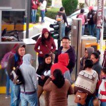 Mantienen normalistas 3 bloqueos en carreteras de Oaxaca, además de protesta en el zócalo