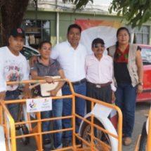 Fernando Bautista Dávila entrega triciclos a personas de escasos recursos