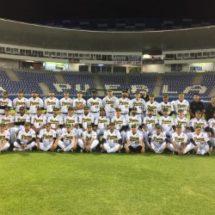 Béisbolista Tuxtepecano se toma la foto oficial con los pericos de Puebla