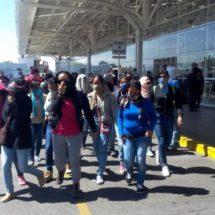 Normalistas bloquean terminal de autobuses de Oaxaca y policías los corren