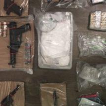 DURANTE CATEO EN TUXTEPEC ASEGURAN ARMAS DE FUEGO, CARTUCHOS, DROGAS, CELULARES Y UNA CAMIONETA: SSPO