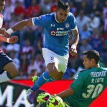 Cruz Azul recibe penalti inexistente en juego contra Chivas
