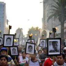 Policía lanza gases lacrimógenos durante marcha de padres de los estudiantes de Ayotzinapa en la Ciudad de México