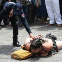 Exigen deportación de extranjera que agredió a adolescente y a policía en Oaxaca