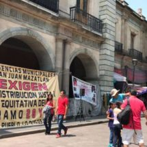 Suman tres días de bloqueos por habitantes de Mazatlán en Oaxaca