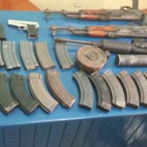 CONFIRMA SSPO ASEGURAMIENTO DE ARMAS DE ALTO PODER, CARGADORES, MUNICIONES, VEHÍCULOS Y UNA GRANADA DE FRAGMENTACIÓN